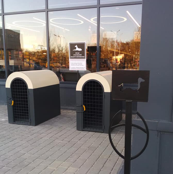 В Одесском супермаркете установили будки для собак